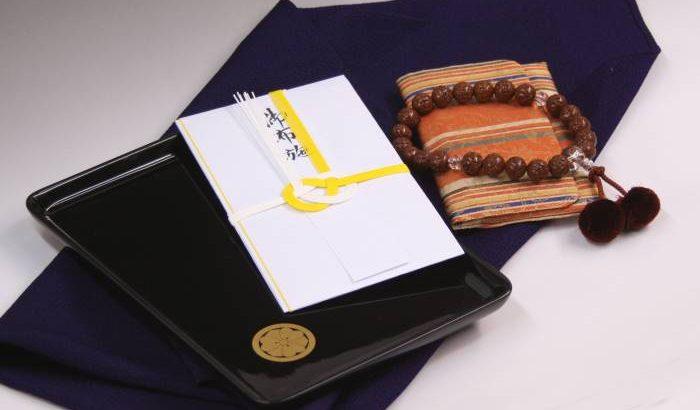 お布施をお渡しする切手盆は家紋入りでも大丈夫?